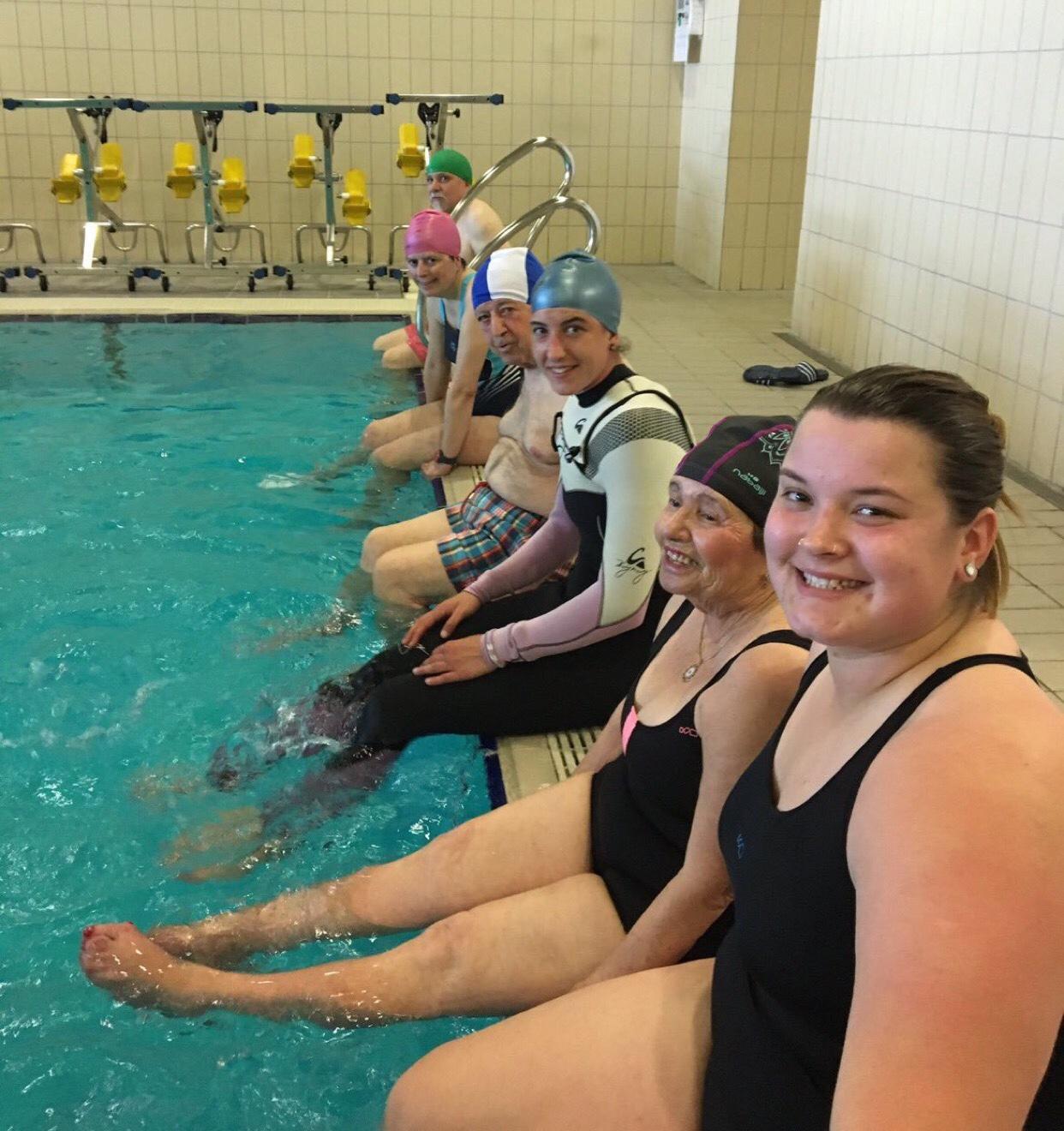 Grupo de personas con Parkinson con la monitora de GaituzSport actividades en el agua